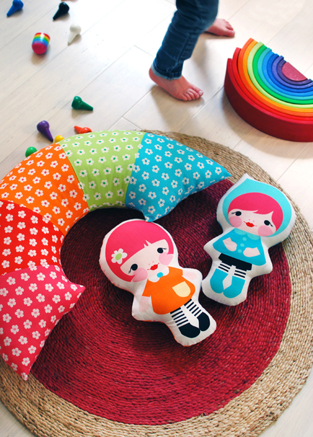 Make-a-rainbow-pillow-via-We-Are-Scout
